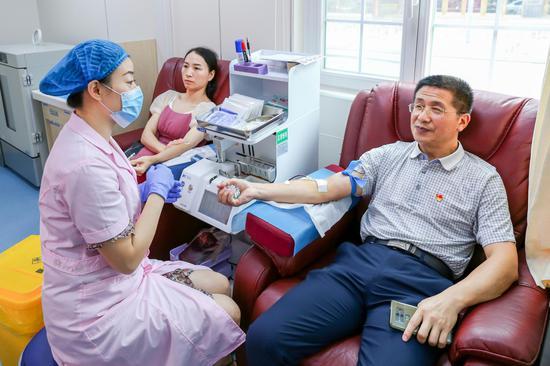 郴州市中心血站党总支书记周小忠献血。
