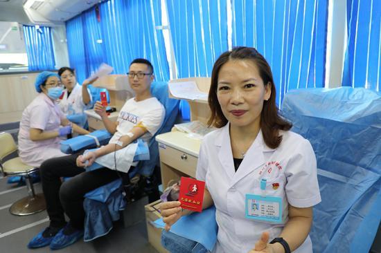 蒋雪英(右一)陪同廖文政(右二)参加献血。