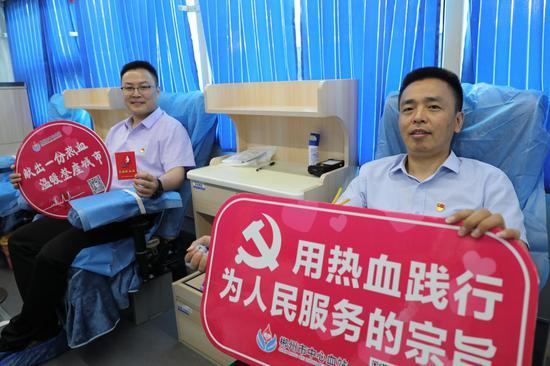 院第二党支部书记唐文涛(右一)、第三党支部书记曹俊(左一)带头献血。