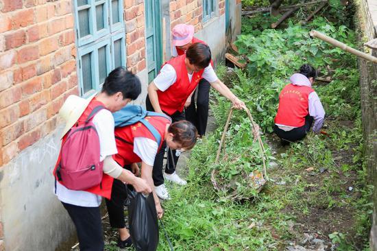 志愿者在清理垃圾。