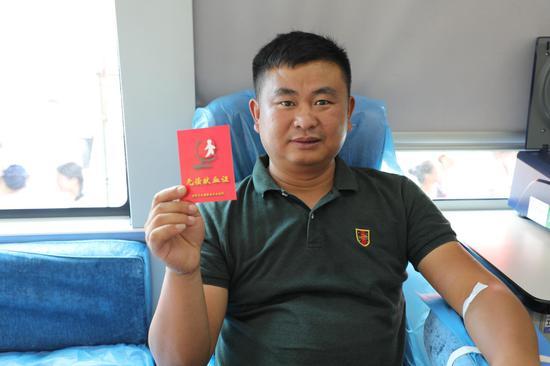 湘南大市场商会党支部成员李波第一次献血
