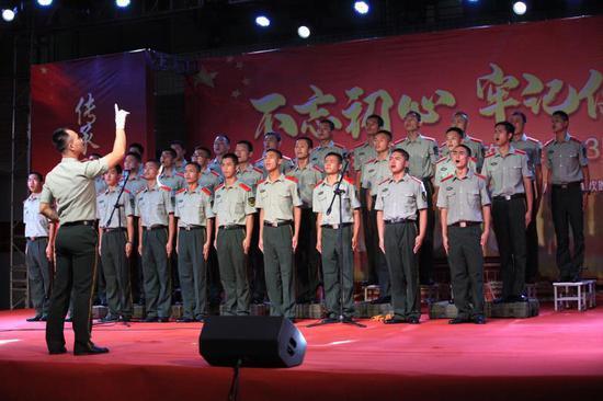 """7月31日晚,武警郴州支队会同郴州监狱联合举办""""八一""""军警民联欢晚会。"""