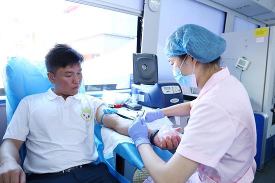 梁柏繁在献血车内献血