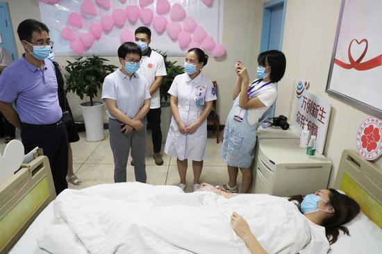 郴州市第一人民医院院长雷冬竹看望捐献者