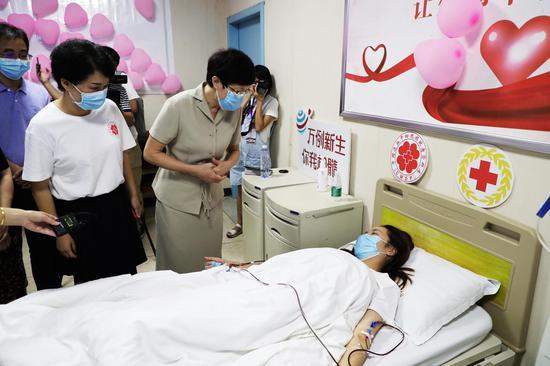 郴州市人民政府副市长、市红十字会会长贺建湘慰问捐献者