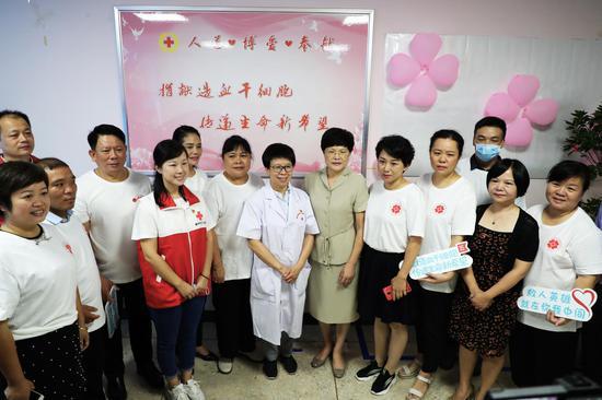 贺建湘、雷冬竹与红十字会志愿者们合影