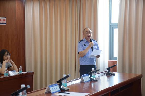 资兴市森林公安局局长廖意龙讲解案情。
