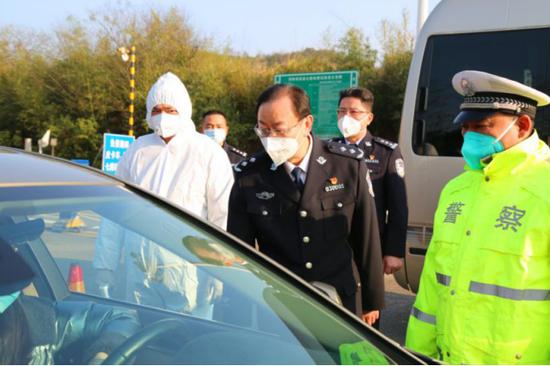 株洲市副市长、市公安局长李晓葵前往城区主要路口督查疫情防控工作、慰问一线执勤人员