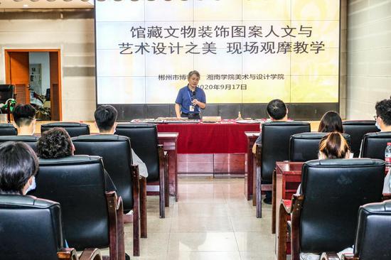 郴州市博物馆副馆长胡仁亮讲授湘南木雕装饰艺术。