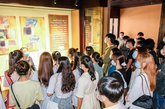 学生参观博物馆简牍专题陈列。