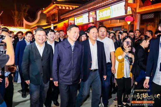 湖南省委常委、省委宣传部部长张宏森等领导一起巡街。