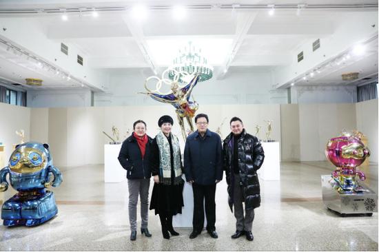民盟中央副主席张平、民盟中央宣传部部长曲伟、民盟中央文化委副主任马克在民盟雕塑家黄剑的陪同下参观黄剑为北京冬奥会创作的系列雕塑作品