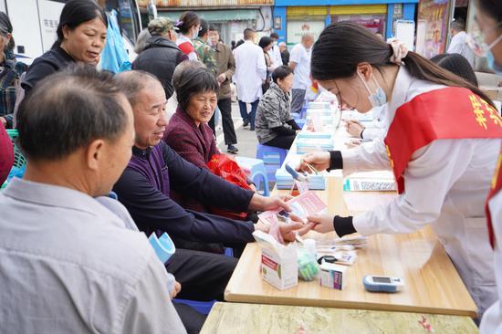 医务人员为市民测量血糖