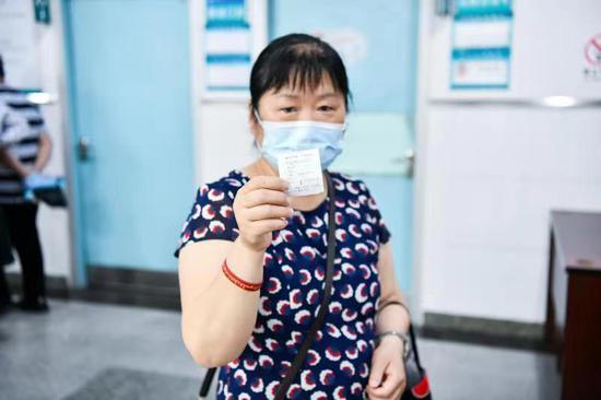 5月27日 在郴州市第一人民医院心内科门诊患者唐建湘在分诊台取到免费复诊号 即将前往诊室找医生查看24小时动态心电图结果