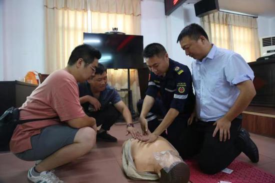 应急救援队队员正教参加培训人员怎样清除口中异物,进行胸外挤压和人工呼吸