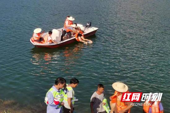 临武县万水乡防溺水应急演练现场。