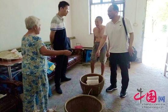 副院长蒋峥嵘(右一)了解贫困群众家庭手工业情况