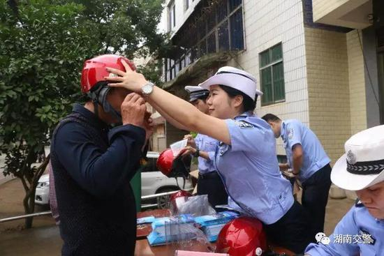 """衡东交警开展""""送头盔下乡,保安全出行""""主题宣传活动。"""
