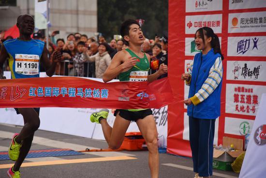 来自湘潭大学的林鑫率先冲线,夺得男子组冠军。