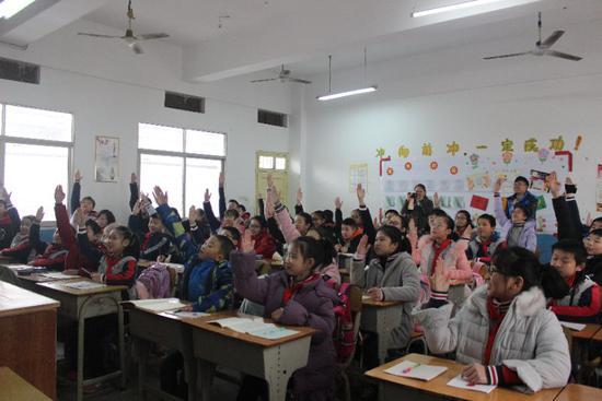 同学们积极举手抢答