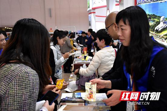 湖南展馆吸引各地旅游客商、游客观众驻足咨询。