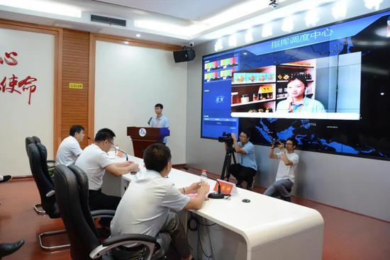 北湖区委书记罗成辉在融媒体中心与记者连线。