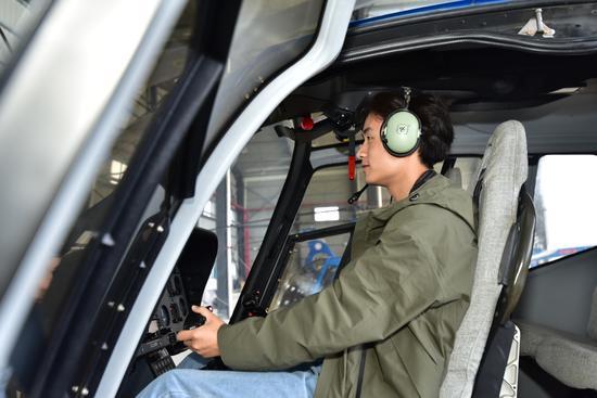 @刘梓熙Vk在开慧通用机场体验直升机