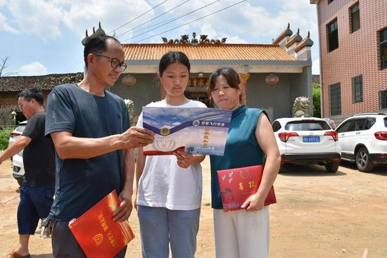 一家人欣赏通知书
