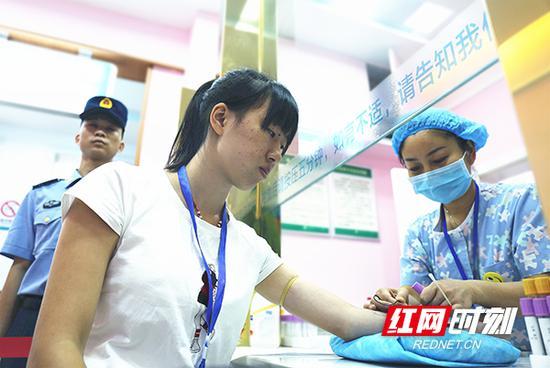 应征女青年参加体检。