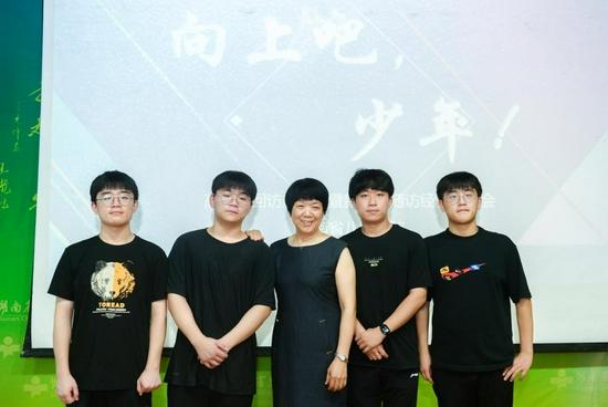 7 月 24 日,湖南省儿童医院,高喜容教授和四胞胎兄弟合影。