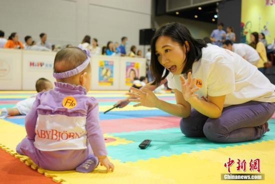 资料图:婴幼儿做游戏。 中新社记者 张炜 摄