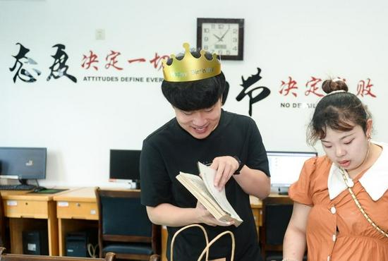 7 月 24 日,长沙,四胞胎的老四李庆强兴致勃勃地翻看自己 18 年前的病例。