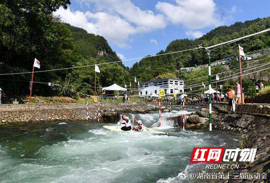 湖南省第十三届运动会女子专业组皮划艇激流回旋项目比赛现场。