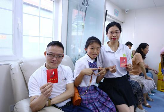 喻新科与妻子王华红、女儿