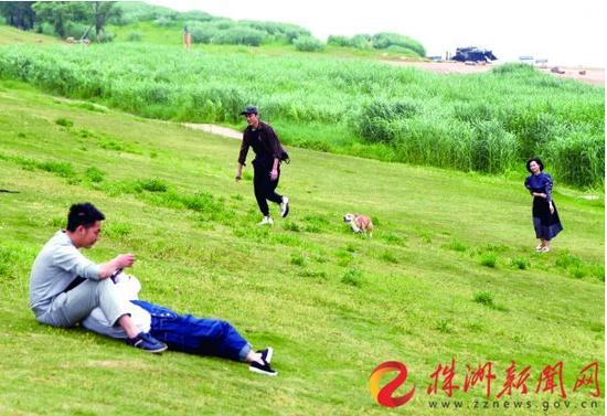 昨日(4月11日),市民们在河西风光带上享受美好春光 记者 刘震 摄