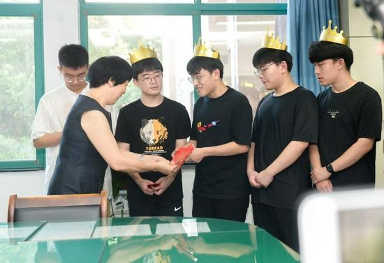 7 月 24 日,湖南省儿童医院,高喜容教授给四胞胎兄弟发红包,祝愿他们大吉大利,越来越好。