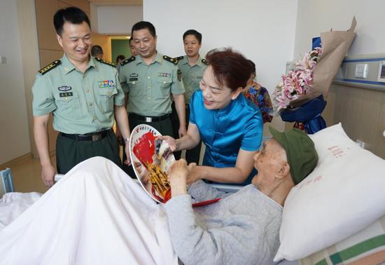 唐白玉一行来到解放军163医院,看望并慰问98岁高龄的老红军张生荣