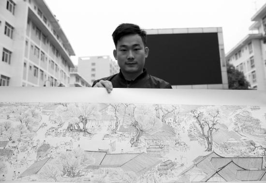 11月7日,湖南大众传媒职业技术学院,大三学生陈澎展示前两天刚画完的清明上河图。 图/记者陈正