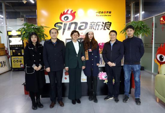 岳阳市委网信办主任罗岚一行到新浪湖南参观调研