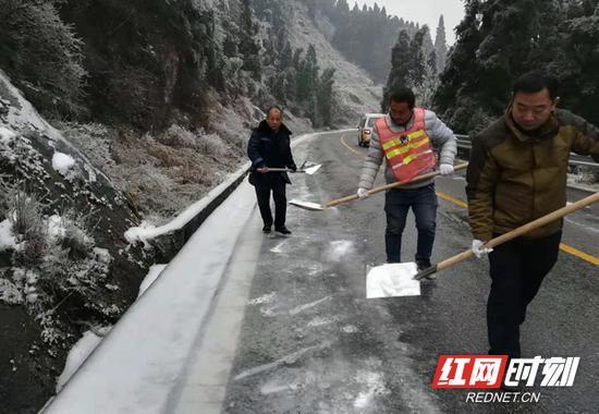 冰雪天气使得景区道路产生不同程度的积冰,工作人员顶风冒雪,一边撒盐融雪化冰一边人工清扫,保障道路出行安全。