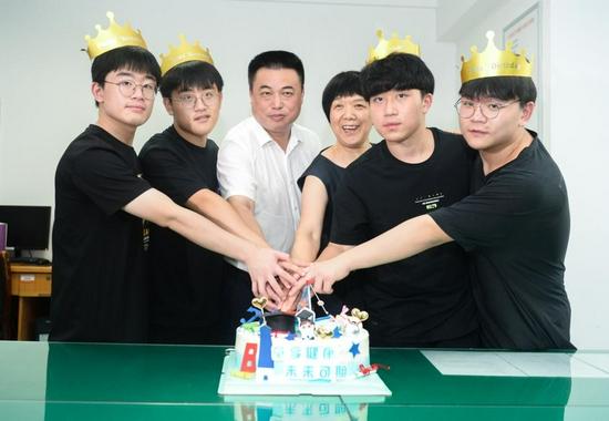 7 月 24 日,长沙,高喜容教授(右三)、湖南省儿童医院党委书记赵卫华(左三)和四胞胎一起切蛋糕。