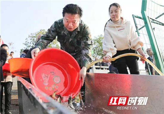 衡阳县委书记曾秀(左)在投放鱼苗。