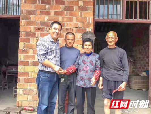 益阳市桃江县扶贫办主任胡喜明(左一)。