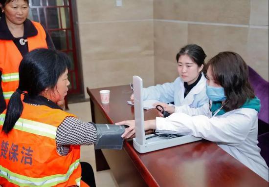 护士为环卫工人免费测量血压