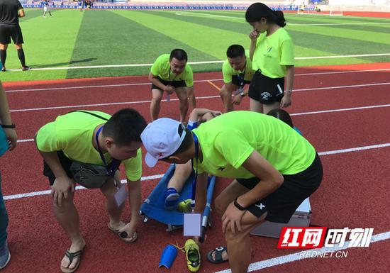 益阳女队6号球员吴羊在赛场上拼抢受伤,南岳志愿服务者和医疗救护人员共同接力。