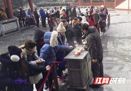 面对成倍增长的游客,南岳景区在半山亭索道站等游客相对集中区域,安排工作人员为排队的游客送上一杯杯热乎乎的茶水,提供贴心服务。