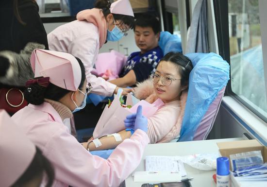 来自嘉禾县人社局社保中心的献血者李丽玲。
