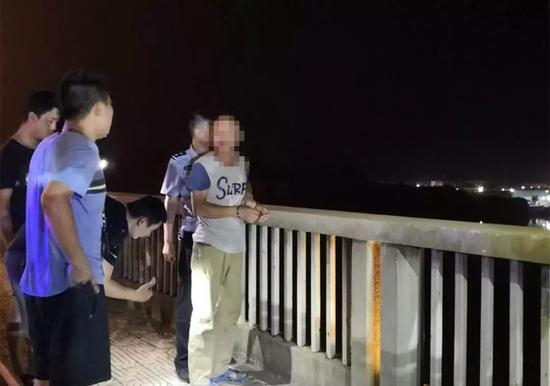 △犯罪嫌疑人指认丢弃凶器地点