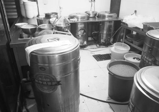 德辉粉馆厨房的汤面炉已被贴上封条。图/记者曹伟