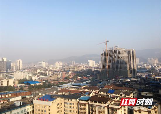 雾散日出。王津 摄